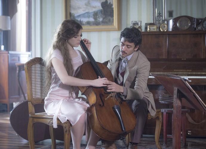 Cecília começa a fazer aulas de violoncelo com Felipe e se encanta com o professor (Foto: João Cotta/TV Globo)