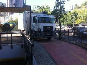 Carro da Light para sobre a ciclovia em Botafogo. (Foto: Mariucha Machado/G1)