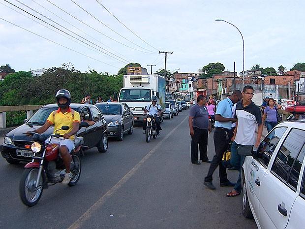 Homem tenta jogar ônibus para fora de viaduto em Pirajá, em Salvador (Foto: Imagem/ TV Bahia)