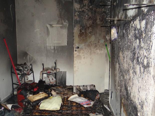 Fogo destruiu quarto de apartamento. (Foto: Carolina Sanches/G1)
