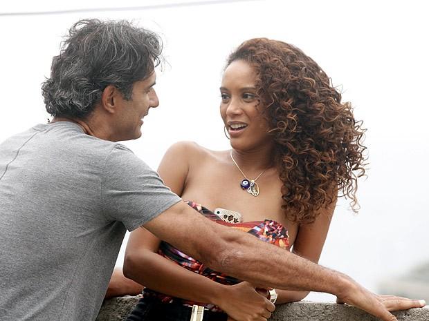 Gilson e Penha parecem dois adolescentes apaixonados (Foto: Cheias de Charme / TV Globo)
