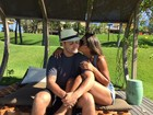 Mayra Cardi curte lua de mel com o marido e mostra cinturinha na piscina