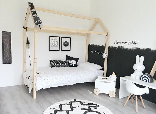 A estrutura de madeira em forma de casa e a parede preta e branca são os destaques do quarto de Jace, filho de Inge (Foto: Inge van Cleef/Divulgação)