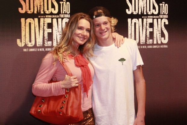 """Letícia SPiller com o filho na pré-estreia de """"Somos tão Jovens"""" (Foto: Isac Luz / EGO)"""