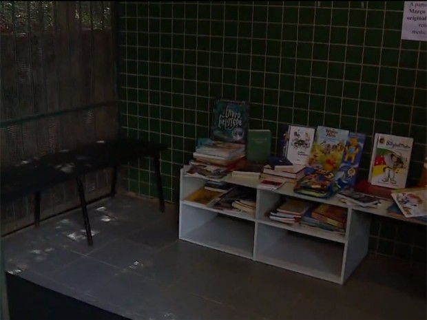 Biblioteca montada no bairro Sarandi (Foto: RBSTV/Reprodução)