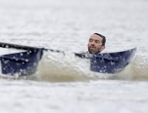 Ativista interrompe regata  (Foto: Reuters)