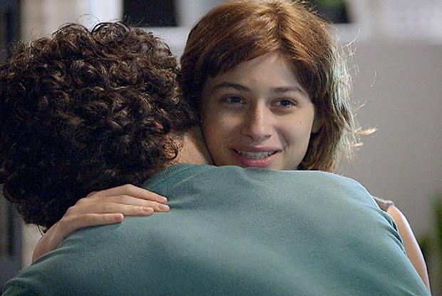 Bárbara e Felipe se abraçam depois de declaração de amor (Foto: Louco por Elas / TV Globo)