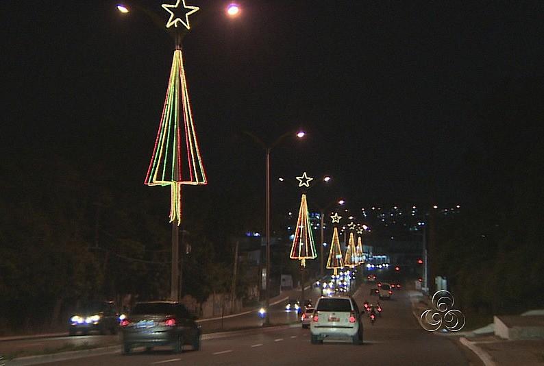 20 avenidas da cidade receberam enfeites de Natal (Foto: Amazônia TV)