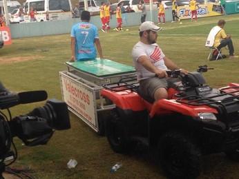 Trator carregava maca para retirar machucados de campo (Foto: RBS TV)