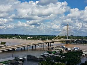 Rio Juruá baixou quase 10 centímetros entre a sexta-feira (3) e este sábado (4) (Foto: Anny Barbosa/G1)