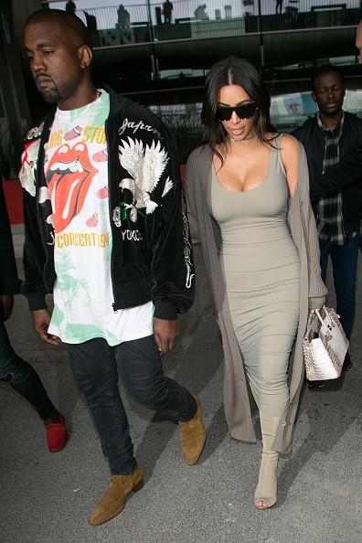 Kim Kardashian aposta em look total cinza e choker precioso para passeio em Paris  (Foto: Getty Images)