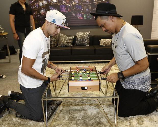 Bruno e Cris brincam no camarim (Foto: Fábio Rocha/Gshow)