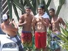 Sem camisa, Caio Castro tira foto com fãs