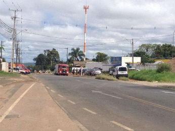 Rua do Presídio Hildebrando de Souza foi bloqueada (Foto: Wesley Cunha/RPC TV)