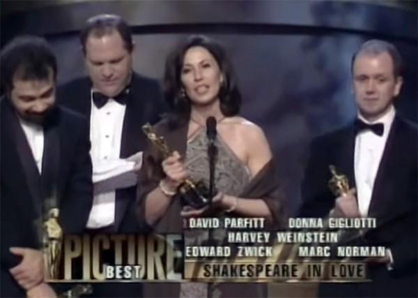 Produtores recebem prêmio por 'Shakespeare Apaixonado' na cerimônia do Oscar em 1999 (Foto: Reprodução / YouTube)