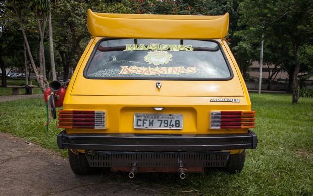 Adesivo dos Mamonas Assassinas enfeita o vidro traseiro da Brasília amarela (Foto: Fábio Tito/G1)