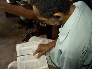 Idoso que faz coleção de livros achados no lixo diz que lê apenas a Bílblia (Foto: Reprodução/TV Anhanguera)