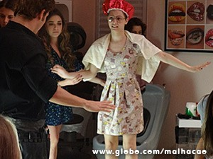 Micaela fica horas no salão de Serguei (Foto: Malhação / TV Globo)