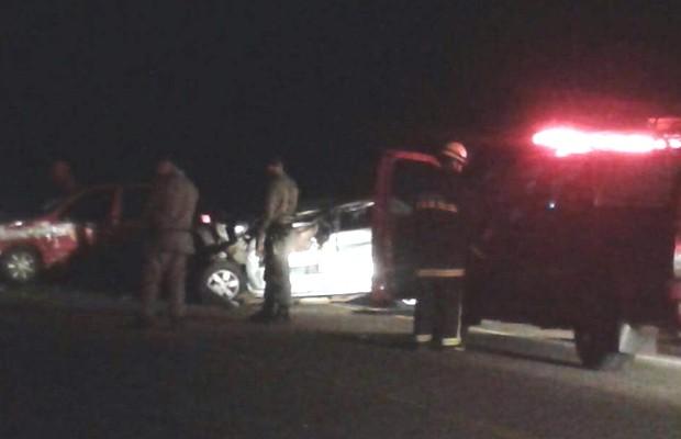 Primos morrem após carro bater na traseira de trator em Palmeiras de Goiás (Foto: Reprodução/TV Anhanguera)