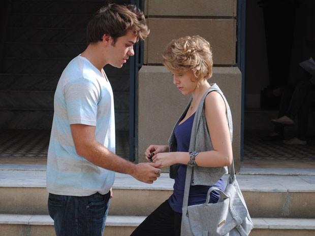 Babi pede para conversar com Betão e ele acha que a ex quer reatar namoro (Foto: Divulgação/TV Globo)