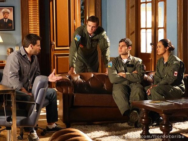 Cassiano conta aos tenentes que descobriu quem é o comparsa de Alberto (Foto: Flor do Caribe / TV Globo)