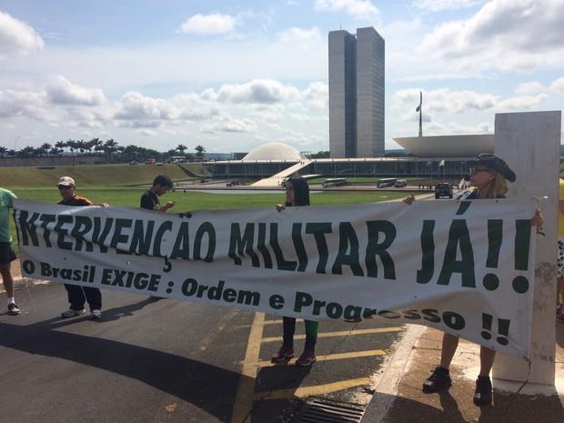 Na frente do Congresso Nacional, manifestantes pedem intervenção militar (Foto: Filipe Matoso/G1)