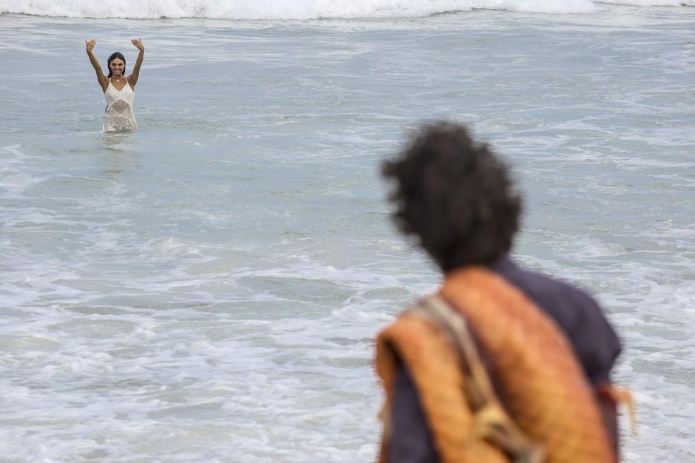 Ruy encontra Rita na praia (Foto: Fábio Rocha/Gshow)