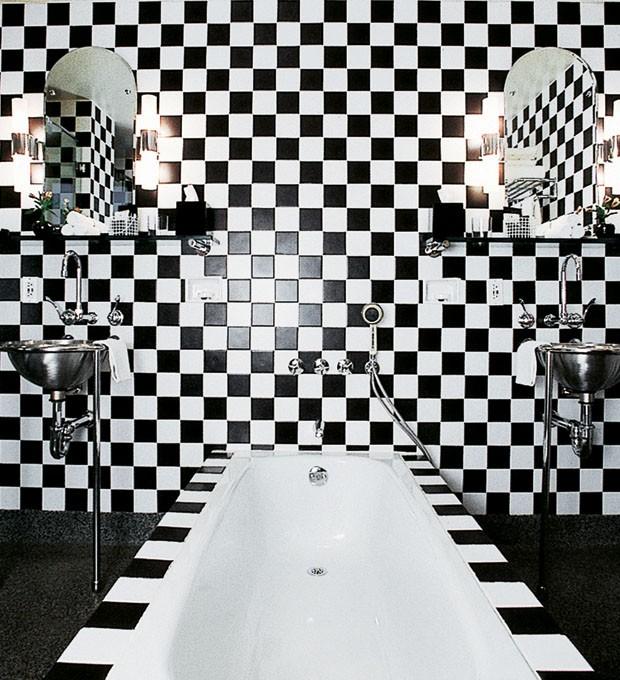 Banheiro do Morgans Hotel, em Nova York, como Andrée Putman o concebeu em 1984 (Foto: Deidi Von Schaewen)