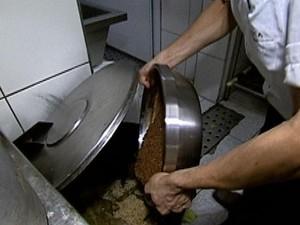 Nutricionista revela que sobra de comida nos restaurantes não é reaproveitada e vai para o lixo (Foto: rede globo)