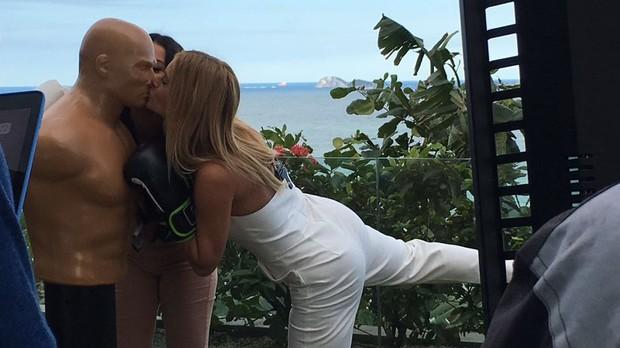 Fernanda Souza e Carolina Dieckmann: muitos beijos para o feminismo (Foto: Multishow)