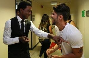 Confira os detalhes do encontro dos famosos nos corredores (Carol Caminha/ Gshow)