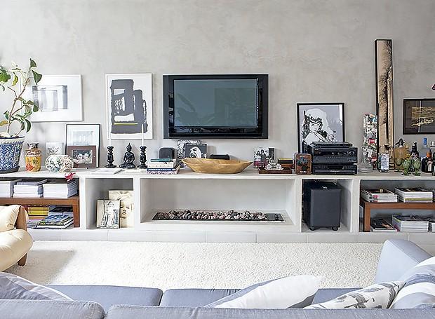 decoracao de sala rack:De alvenaria, o rack da sala expõe livros e objetos de decoração