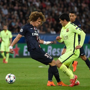 Suarez caneta em David Luiz - PSG x Barcelona (Foto: AFP)