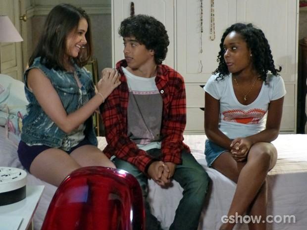 Clara vai até Gui para comemorar com o amigo... (Foto: Malhação / TV Globo)