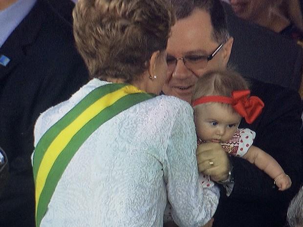 Dilma segura Eva, a filha mais nova do ministro Helder Barbalho, o único ministro peemedebista a participar da cerimônia (Foto: Reprodução/TV Globo)