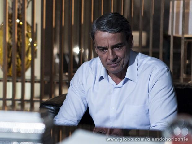 Thomaz fica constrangido com as perguntas do filho (Foto: Felipe Monteiro/TV Globo)
