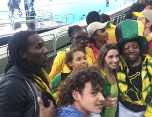 Alando e sua mãe posam para fotos com torcedores no Estádio Olímpico (Foto: Thales Soares)
