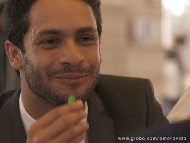 Rafael se encanta cada vez mais com Linda (Foto: Amor à Vida/ TV Globo)