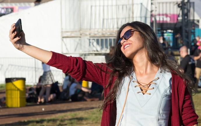 Fã para a selfie antes do início dos shows do João Rock 2016 (Foto: Érico Andrade/Gshow)