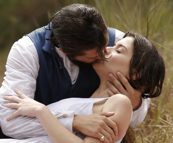 Felipe salva Lívia e a beija  (Foto: Fábio Rocha/Gshow)