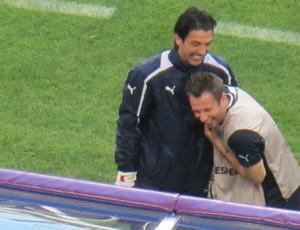 Buffon e Cassano se divertem durante treinamento da Itália (Foto: Marcos Felipe / GLOBOESPORTE.COM)