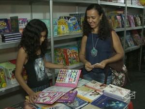 Vitória preferiu os com brinquedos, mas não dispensou a leitura (Foto: Reprodução / TV Mirante)