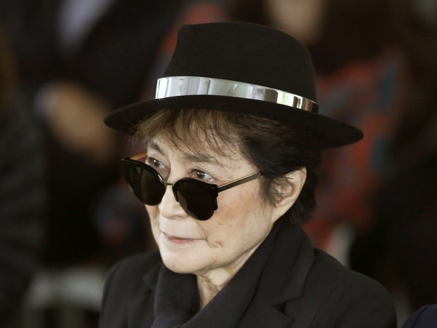 FILE - In a Friday, June 12, 2015 file photo, artist Yoko Ono appears during a ceremony announcing the future installation of Ono's first permanent public art installation in the U.S., in Chicago. Ono was hospitalized Friday, Feb. 26, 2016 for flu-like sy (Foto: Charles Rex Arbogast/AP)