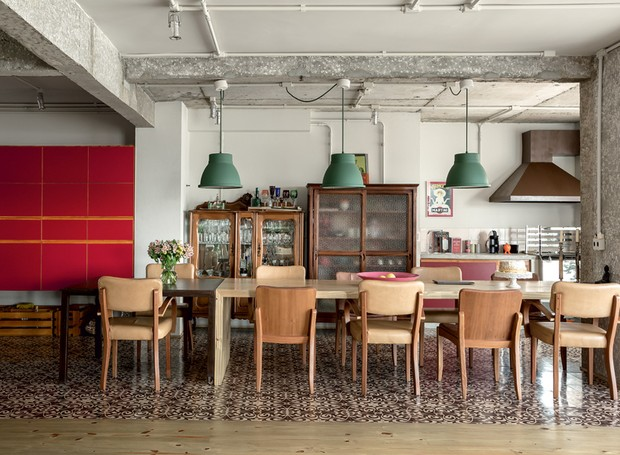 apartamento-decoracao-estudio-vitor-penha-estilo-industrial-concreto-aparente-mesa-de-jantar (Foto: Edu Castello/Editora Globo)