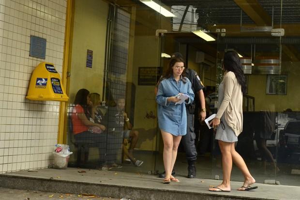 Rayanne Morais e Carla Prata na delegacia (Foto: Roberto Teixeira / EGO)
