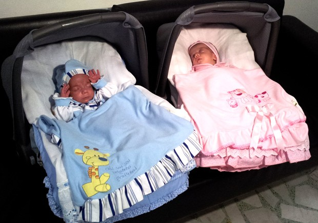 Roberto e Sofia, filhos de Antônia Asti, em um hospital de Santos, SP (Foto: Jonatas Oliveira/G1)