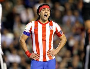 Falcao Garcia cabeça faixa Atlético de Madri (Foto: AP)