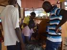 Senegalês fatura até R$ 60 por dia fazendo ligações para imigrantes