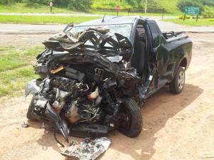 Montana, que levava pai e filho, colidiu de frente com Gol branco em rodovia (Foto: Araripe Castilho/G1)
