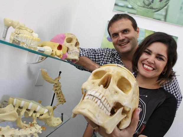 Casal investiu R$ 80 em artesanato e hoje é dono da única fábrica de ossos artificiais do país (Foto: Arquivo Pessoal/ Fabiana Fransceschi)